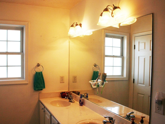 В ванной комнате должно быть хорошее освещение. / Фото: brilux.com.ua
