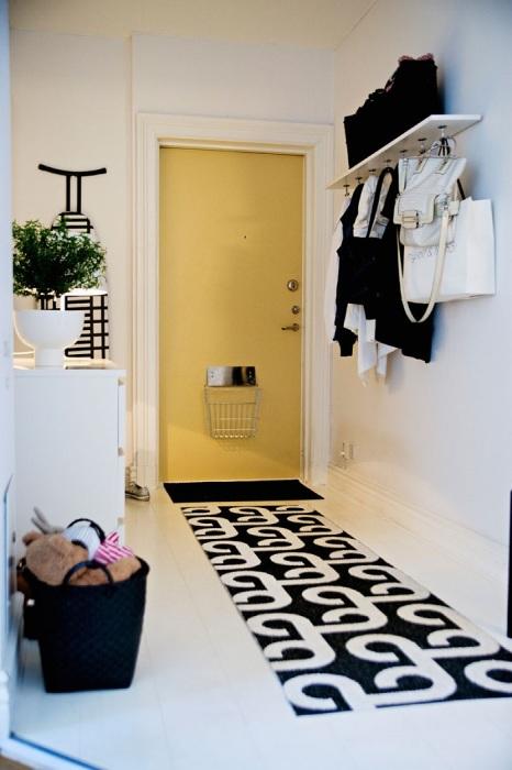 Ковровая дорожка добавит коридору уюта. / Фото: prosamostroi.ru