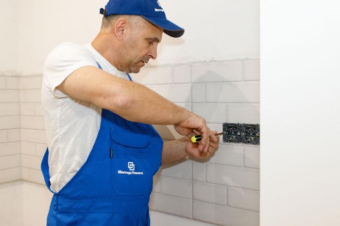 Хороший мастер выполняет работу быстро и качественно. Фото: mastera-remonta.com
