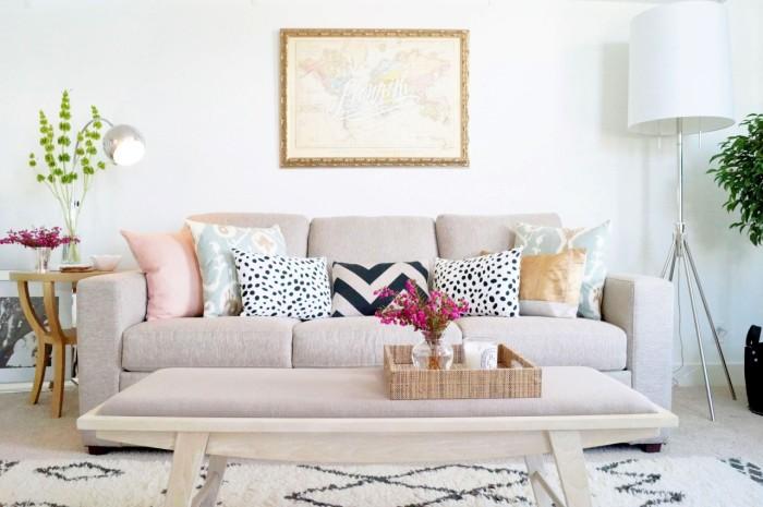 Яркие подушки привнесут изюминку в интерьер. / Фото: houseadvice.ru