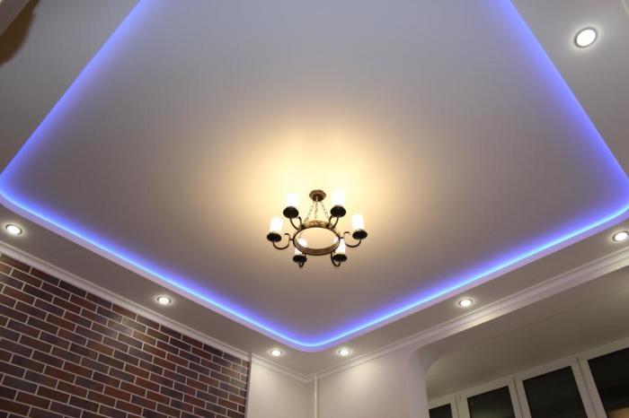 Классический потолок из гипсокартона с подсветкой. / Фото: remontnik.ru