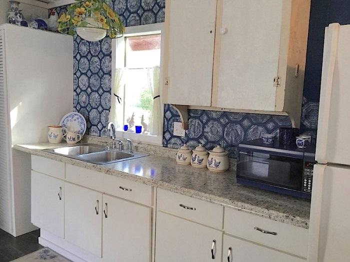 Кухонный гарнитур требует реставрации, а вот столешницу купили новую. | Фото: lemurov.net.